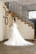 フロントのすっきりとしたラインと対照的なボリュームのあるバックスタイルが印象的なウエディングドレス
