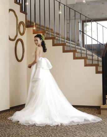 [Leaf  for Brides]フロントのすっきりとしたラインと対照的なボリュームのあるバックスタイルが印象的なウエディングドレス