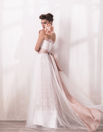 [ACQUACHIARA]やわからなピンクのサッシュベルトがフェミニンな雰囲気を引き立てる