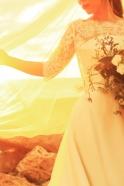 スカラップカットのレースボレロを重ねたシンプルなAラインドレス 露出を押さえ花嫁を清楚に華奢に見せてくれる